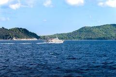Rondvaart aan Skiatos op het Egeïsche Overzees in Griekenland stock foto's