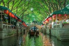 Rondvaart in Chinees oud dorp door kanaal Royalty-vrije Stock Afbeeldingen