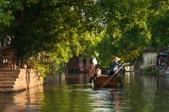 Rondvaart in Chinees oud dorp door kanaal Royalty-vrije Stock Afbeelding