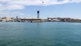 Rondvaart op zee haven, Barcelona Roeien langs schipdokken en haven vell kabelwagen stock footage