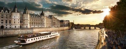 Rondvaart op Zegenrivier in Parijs met zonsondergang Parijs, Frankrijk Royalty-vrije Stock Foto