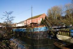 Ronquières, Belgio - 15 febbraio 2018: Vecchia barca che galleggia sul canale antico Fotografia Stock Libera da Diritti