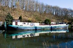 Ronquières, Belgio - 15 febbraio 2018: Vecchia barca che galleggia sul canale antico Immagini Stock