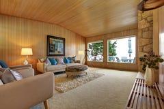 Красивый интерьер дома с деревянной отделкой планки Уютное живущее roo Стоковое фото RF