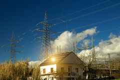 Roo photovoltaïque de maison d'énergie de panneaux solaires de l'électricité images libres de droits
