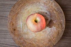 Rood appel en Mes op houten scherpe raad Stock Foto