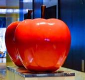 Rood appelbeeldhouwwerk Stock Fotografie