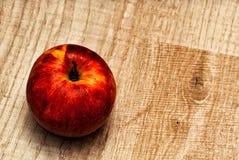 Rood Apple op een Houten Achtergrond stock foto