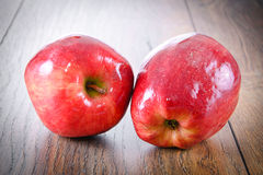 Rood Apple op Woody Background Stock Fotografie