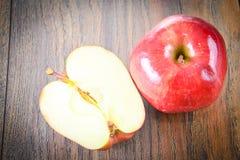 Rood Apple op Woody Background Stock Afbeeldingen