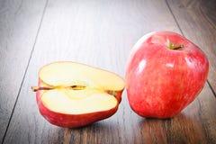 Rood Apple op Woody Background Royalty-vrije Stock Afbeeldingen