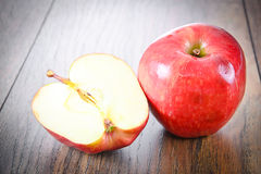 Rood Apple op Woody Background Stock Foto