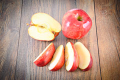 Rood Apple op Woody Background Stock Afbeelding
