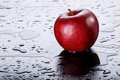 Rood Apple op Zwarte Achtergrond Royalty-vrije Stock Foto