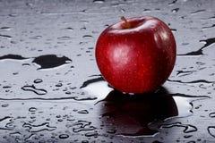 Rood Apple op Zwarte Achtergrond Royalty-vrije Stock Afbeeldingen