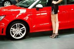 Rood auto en meisje stock foto