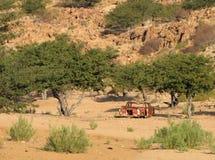 Rood autowrak in de woestijn Stock Afbeeldingen