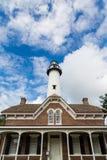 Rood Baksteenhuis en Witte Baksteenvuurtoren Stock Fotografie