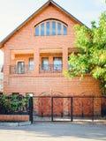 Rood baksteenhuis, vooraanzicht royalty-vrije stock afbeelding