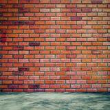 Rood bakstenen muur en ruimtebinnenland met vloer concrete wijnoogst stock afbeeldingen