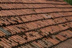 Rood betegeld dak stock afbeelding