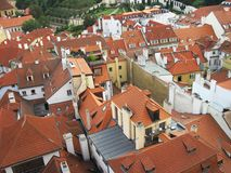 Rood-betegelde daken van Praag, Tsjechische Republiek Stock Foto