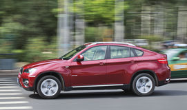 Rood BMW X6 op de weg, Peking, China Royalty-vrije Stock Foto's