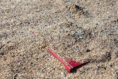 Rood boek op het zand op een onscherpe die achtergrond, met zand wordt behandeld Stock Afbeelding