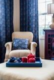 Rood Ceramisch Theestel in Blauw Dienblad Stock Fotografie