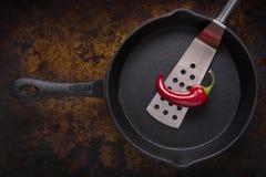 Rood Chili Pepper in een Gietijzerpan Royalty-vrije Stock Foto's