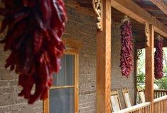 Rood Chili Ristras bij Erfenisboerderij stock afbeeldingen