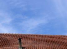 Rood dak en blauwe hemel Stock Foto