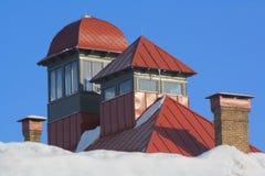 Rood dak met torens stock afbeeldingen
