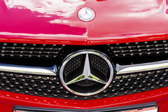 Rood de autoembleem van Mercedes Stock Foto