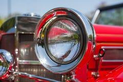 Rood detail op de koplamp van een uitstekende auto royalty-vrije stock afbeelding