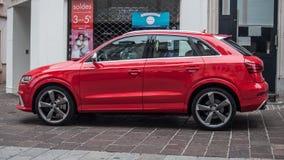 Rood die Audi Q3 in de straat wordt geparkeerd stock foto
