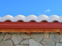 Rood die dak met sneeuw wordt behandeld Stock Afbeelding