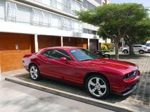Rood die Dodge Eiser in Miraflores, Lima wordt geparkeerd Royalty-vrije Stock Afbeelding