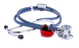 Rood die hart en een stethoscoop, op witte achtergrond met het knippen van weg wordt geïsoleerd Stock Fotografie