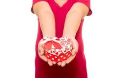 Rood die Hart in handen op wit worden geïsoleerd Royalty-vrije Stock Foto