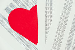 Rood die hart onder de documenten wordt verborgen Stock Fotografie