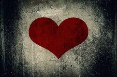 Rood die hart op de muurachtergrond van het grungecement wordt geschilderd Royalty-vrije Stock Fotografie