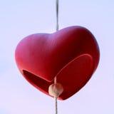 Rood die hart op witte achtergrond wordt gevormd het concept van de valentijnskaartliefde Royalty-vrije Stock Afbeeldingen