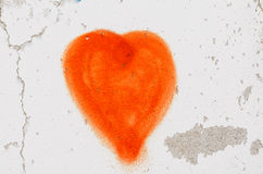 Rood die hart op witte muur wordt geschilderd Stock Afbeelding