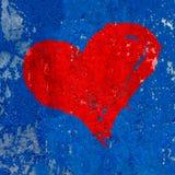 Rood die hart over grungy en oude doorstane donkerblauwe achtergrond van de muurtextuur met het schilderen schil wordt geschilder Royalty-vrije Stock Fotografie