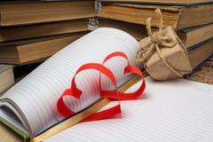 Rood die hart van document en notitieboekje wordt gemaakt Stock Foto