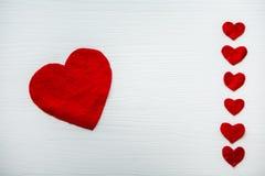 Rood die hart van gevoeld van verschillende grootte wordt gemaakt Stock Afbeeldingen