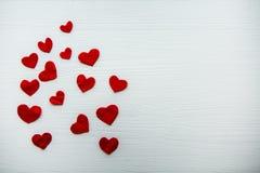 Rood die hart van gevoeld van verschillende grootte wordt gemaakt Royalty-vrije Stock Foto's