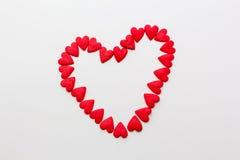 rood die hart van kleine harten op een witte achtergrond wordt gemaakt Stock Foto