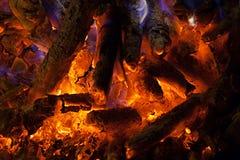 Rood die hete steenkolen in fornuis branden Stock Foto